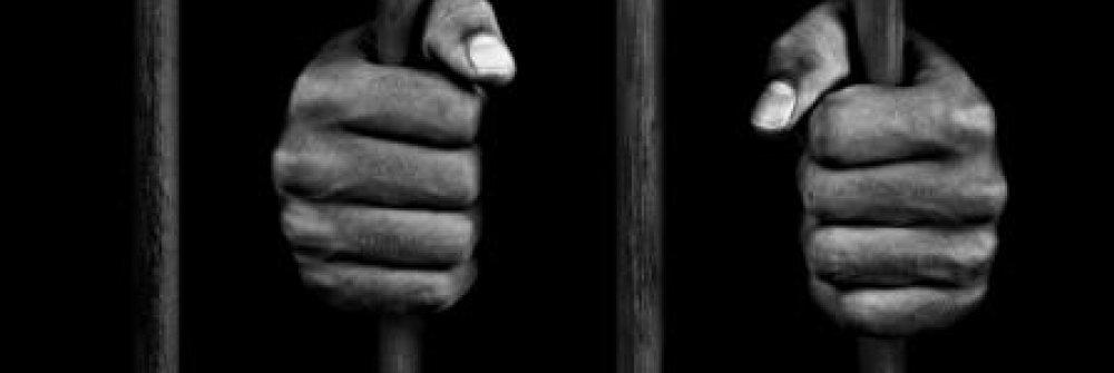 233307_hands_of_a_prisoner_on_prison_bars_01.jpg